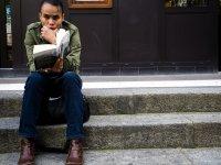 Człowiek czytający książkę
